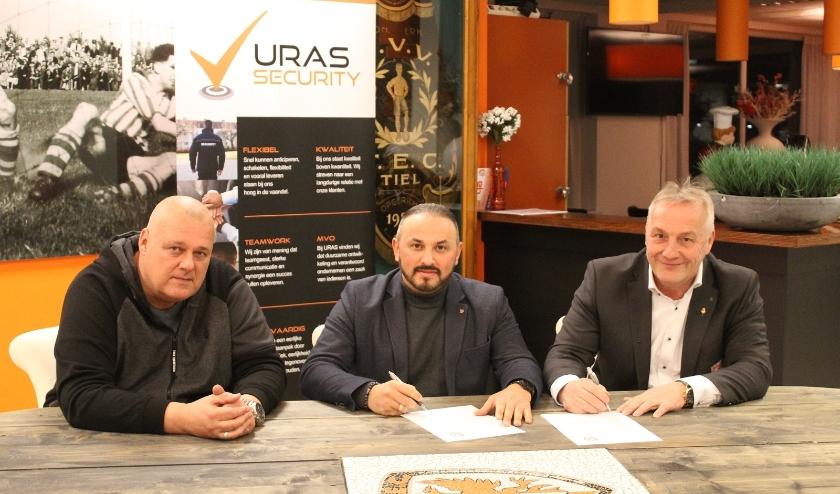 v.l.n.r.: Christan Hofman, (veiligheidscoördinator sv TEC), Gökhan Önder (directeur URAS Security) en Johan Verweij (Bestuurslid sv TEC)