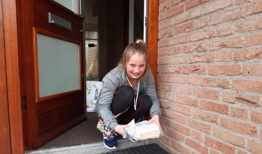 Een van de deelnemers aan de Piëzo Talentenacademie neemt dankbaar een thuiswerkpakketje samengesteld in de AmbachtenWerkplaats in ontvangst. Foto: Piëzo TA