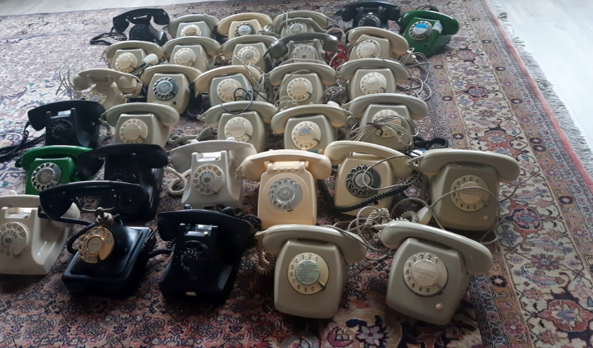 Deze telefoons met draaischijf wachten  op geld die ombouw tot Wonderfoon mogelijk maken. Help mee! Bel of doneer. Foto: Ineke van der Vet.