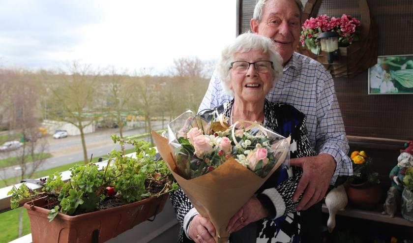 Aartje en Joop Francken-Blaauw zijn zestig jaar getrouwd en volop in de bloemetjes gezet.