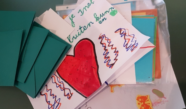 In de zelf geknutselde brievenbus ontvangen de bewoners van de Vaste Burcht hartverwarmende 'oppeppost'. Ook in andere woonzorgcentra zijn kaartjes, brieven en tekeningen welkom.  © DPG Media