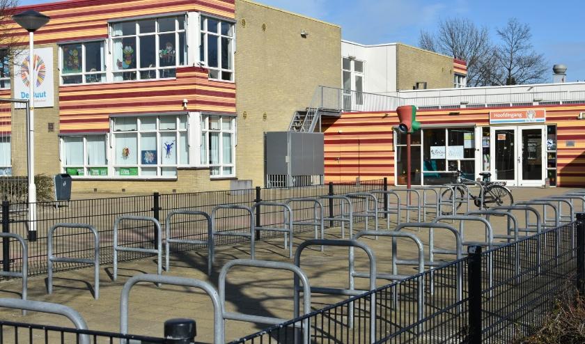 Een nagenoeg lege fietsenstalling bij basisschool De Buut in Noordhoven. Foto: RM