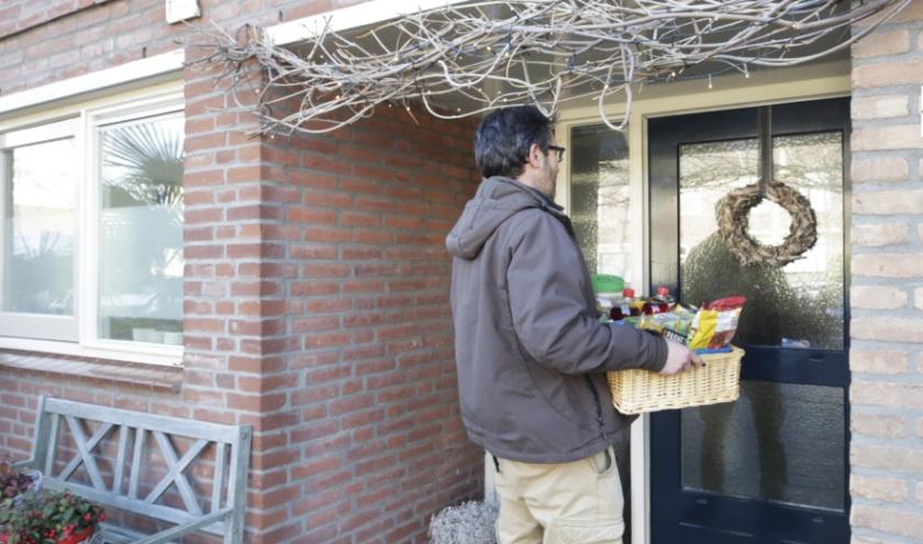 Het bieden van hulp bestaat vooral uit praktische zaken, zoals het halen van boodschappen. (Foto: Jurgen van Hoof, ter illustratie)