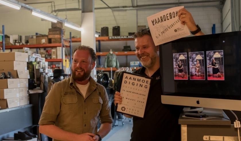 Mike Rikken (rechts) en Hugo Hendriks maken enthousiast de winnaar van de aanmoedigingsprijs bekend. Mervada kan straks flink aan de slag tijdens de 1 op 1 foto-workshop. (Foto: Inge Exoo)
