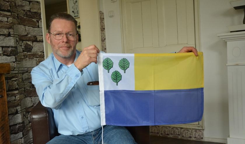 Henk Kemp heeft het voor elkaar en toont vol trots de blad. (Foto: Dick van der Veen)