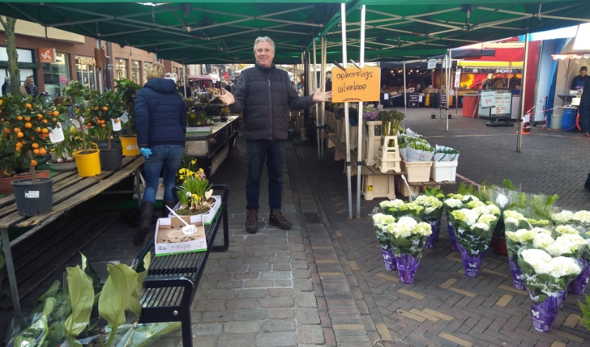 Ton Smeitink. de bloemen- en plantenkoopman op de markten, weet het even niet meer. Zaterdag hield hij uitverkoop en moet nu noodgedwongen even stoppen. (Foto: Pieter Vane)