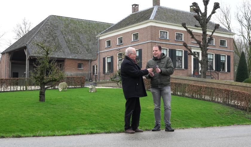 Op een karakteristieke plaats aan de Delkant in Gameren overhandigt filmmaker Gert Koren (links) de film aan Marcel Baijense (rechts) voorzitter van dorpsraad Gameren.