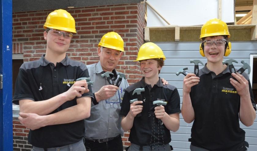 Helm op, otoplastieken in, veiligheidsschoenen aan. Bouwmensen Twente roept al zijn leerlingen op originele wijze op om op 18 maart – en andere dagen – bewust veilig te werken