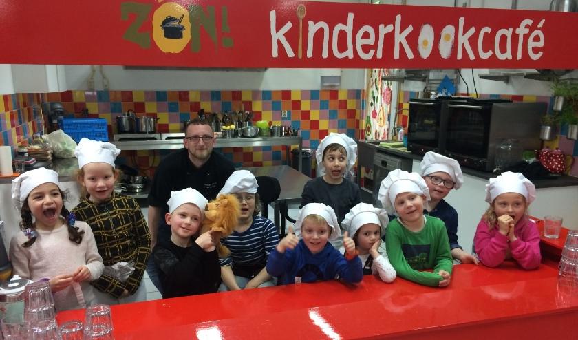 De blije kinderen met kok Ferdi (foto: Lara van der Veen).
