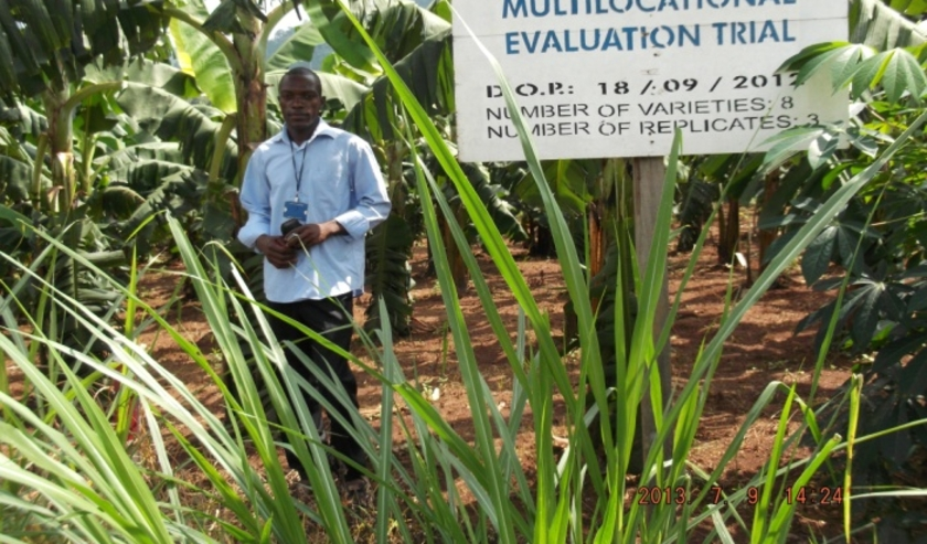 Boer Landry op zijn plantage in Kameroen.