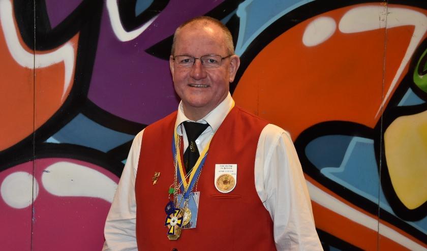 Door zijn jarenlange inzet verdient John de Hoogste Onderscheiding van Verdiensten.