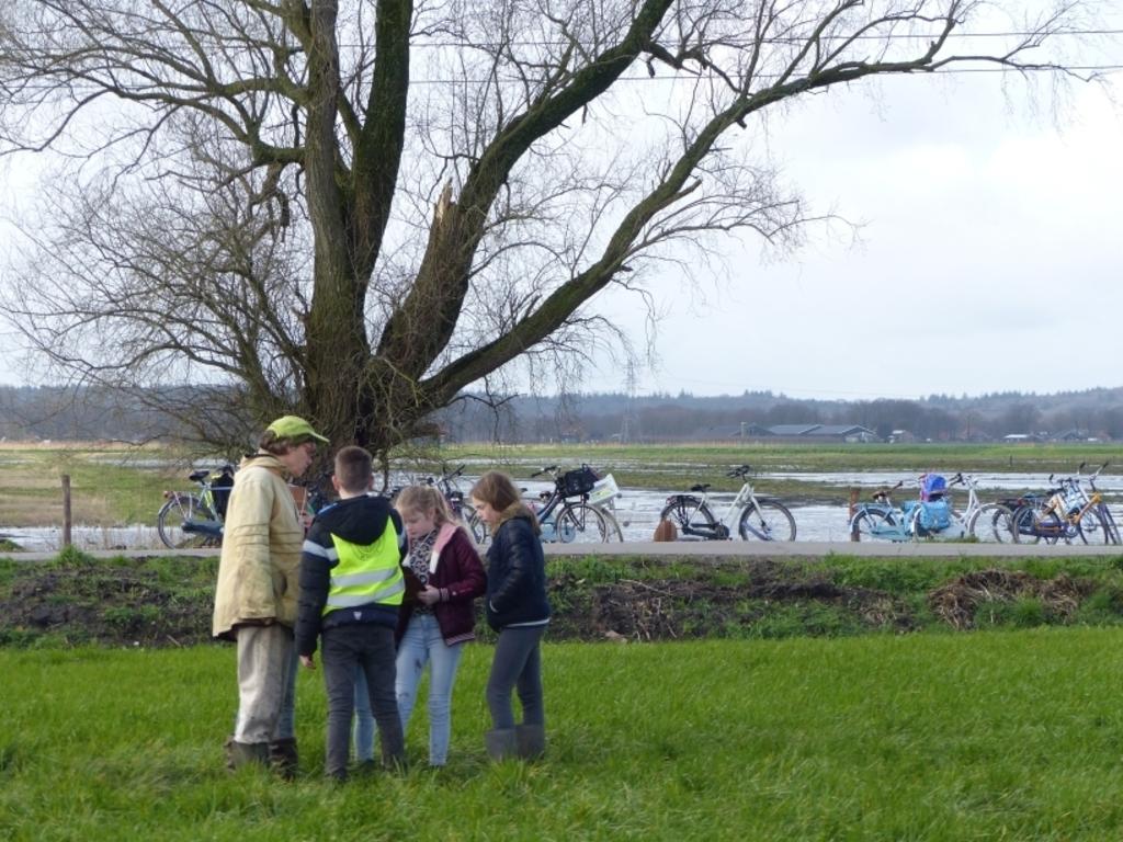 Nog even napraten en dan weer met de fiets naar school Foto: Joke Veltkamp © DPG Media
