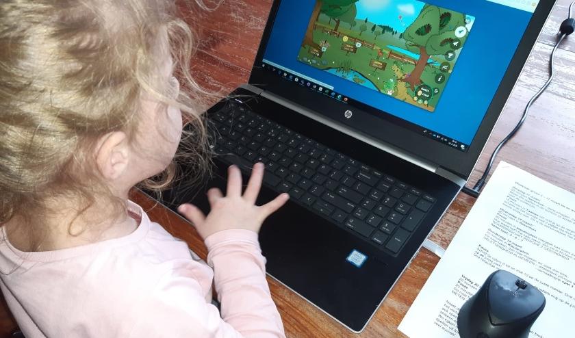 Leerling van groep 2 van Daltonschool De Bongerd werkt thuis zelfstandig aan de digtale rekenles.