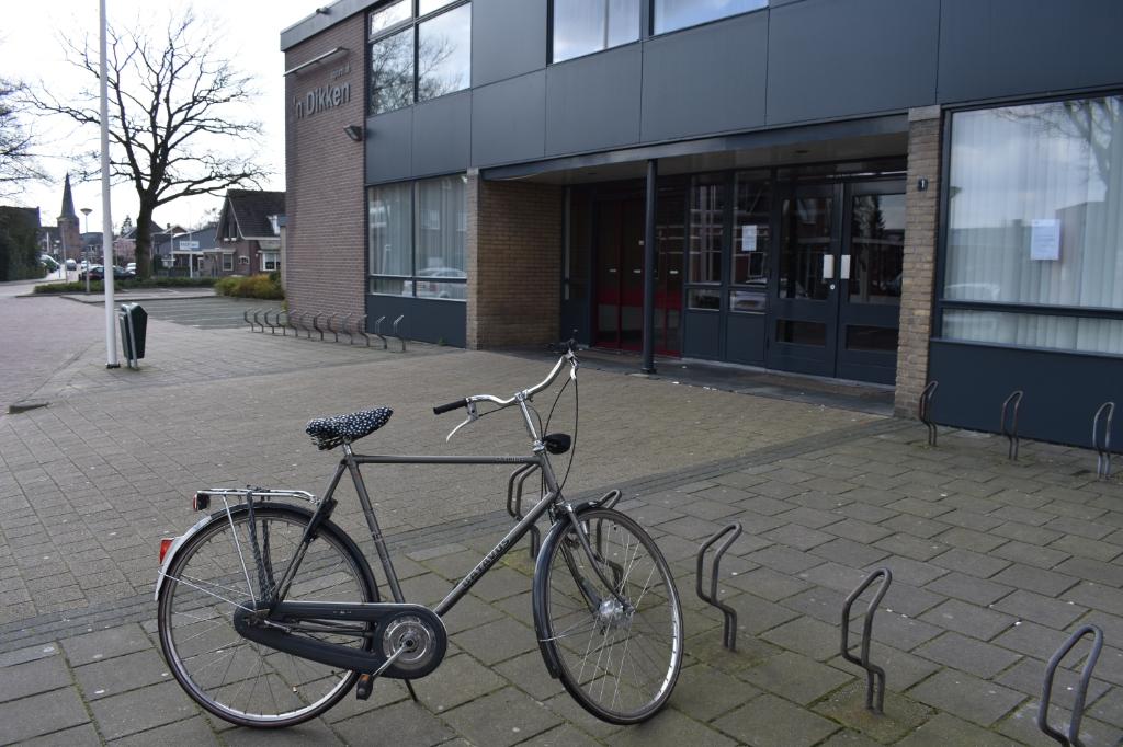 Slechts één fiets bij sporthal 'n Dikken, waar op een zaterdag de fietsenrekken vaak vol staan.   © DPG Media