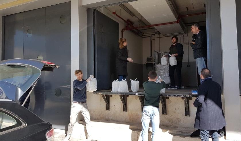 Studenten helpen vrijwillig met vervoer en logistiek van de maaltijden.