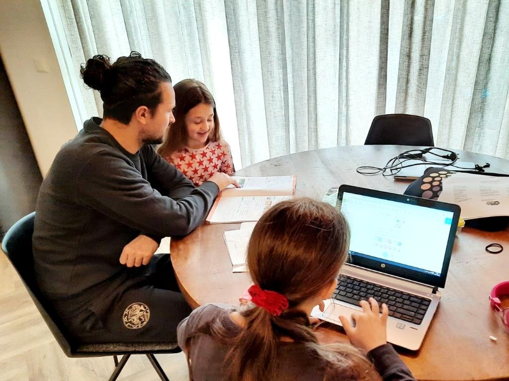 Kevin (links op de foto) is leerkracht op de HZ. Zijn beroep valt binnen de cruciale beroepsgroepen voor COVID-19, net als het werk van zijn vrouw Liala. Ze zouden de kinderen wel naar school mogen brengen, maar ze hebben ervoor gekozen om dat niet te doen. Foto:  © DPG Media