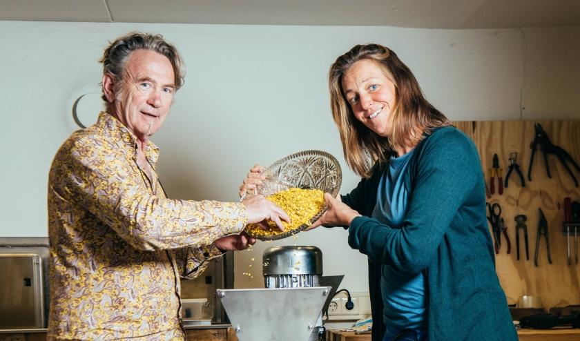 Kees en Suzanne laten zien wat je met gerecycled plastic allemaal kan. Foto: Marlies Kemps/For Life Fotografie