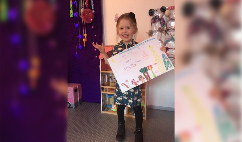 Lavinia heeft een mooie boodschap en tekening voor opa en oma.