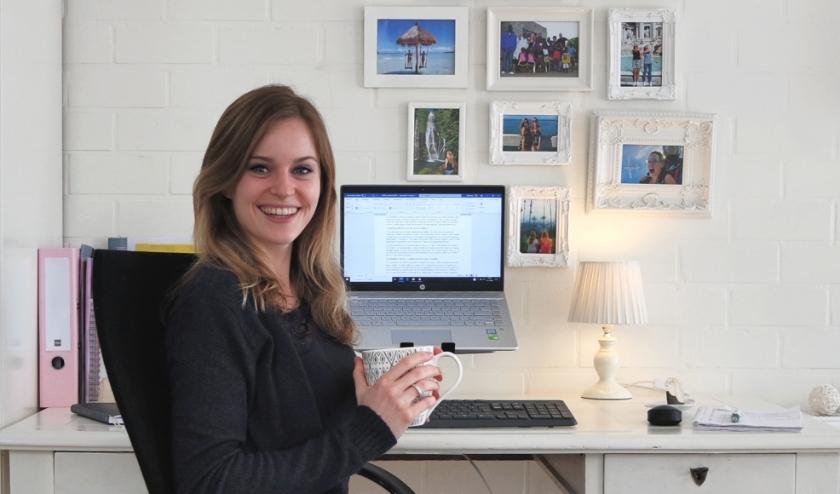 De Zeeuwse journaliste en tekstschrijver Elodie Kint werkt als zzp'er vaak vanuit huis. FOTO: Elodie Kint
