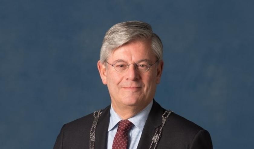 De burgemeester van Zoetermeer, Charlie Aptroot, is Charlie Aptroot, voorzitter van de Veiligheidsregio Haaglanden. De negen burgemeesters van deze regio hebben in deze periode veel contact met elkaar.