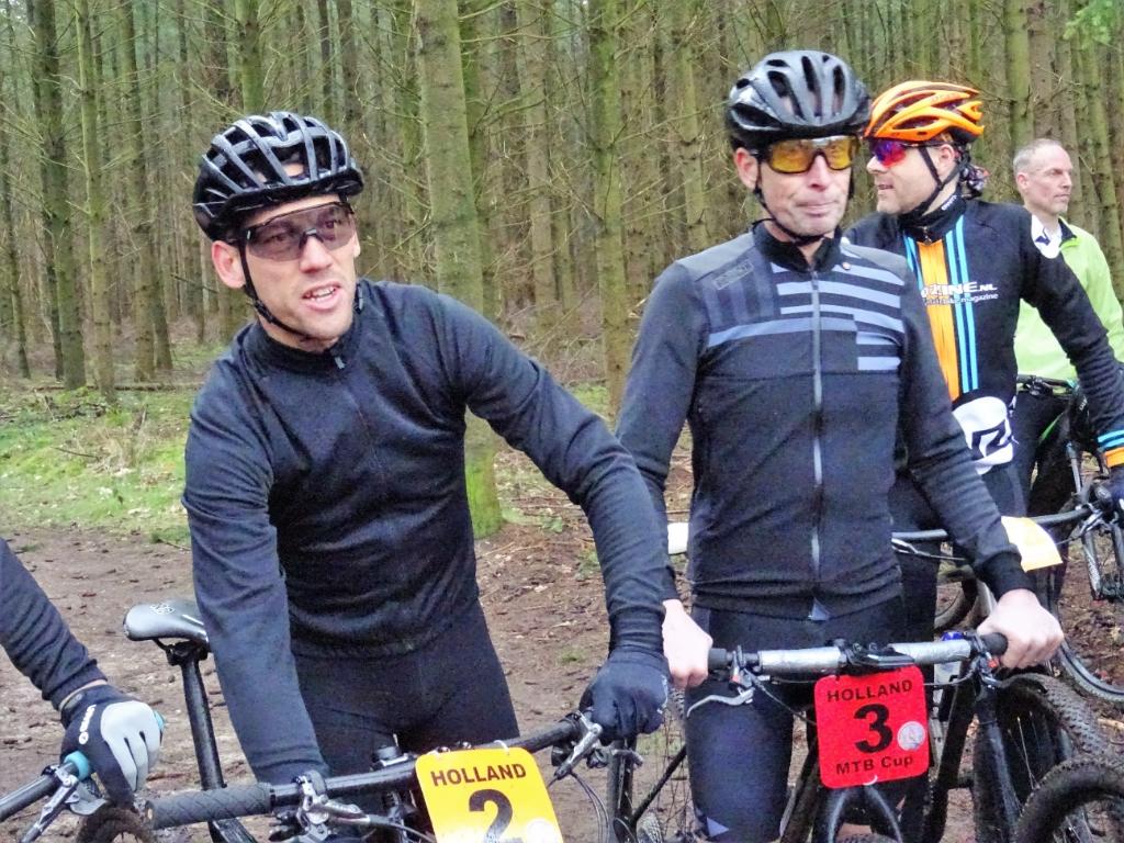 Maarten Tjallingi (links) en Bart Voskamp aan de start bij de mountainbikers. Foto: Dick Martens © DPG Media