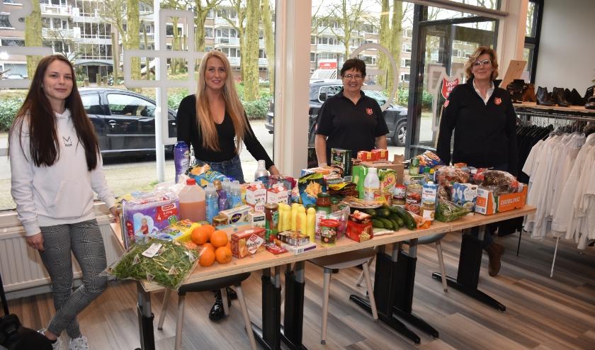 Vorige week namen Jolanda Fennema en Catrien Hoogendoorn van het Leger de opbrengst blij in ontvangst. Foto: Jan Elsenaar
