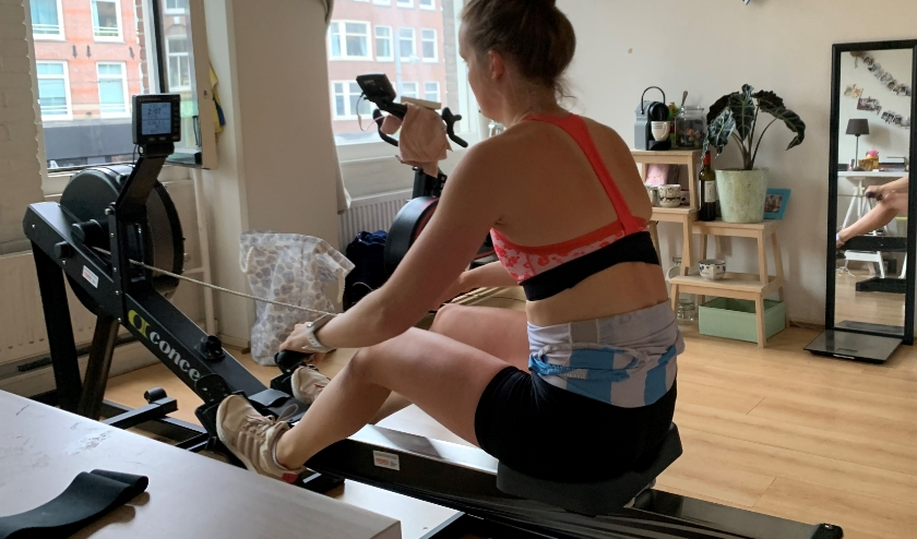 Thuis trainen met de ergometer. Op de roeimachine verbeterde Marieke Keijser onlangs haar persoonlijk record tot onder 7 minuten (op 2.000 meter).