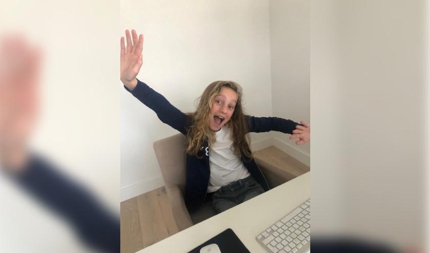Leerling is enthousiast thuis aan het werk