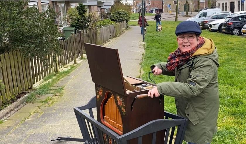 Orgeldraaier Pepijn Stratmann (11) deelt zijn passie met de Vlaardingse senioren.