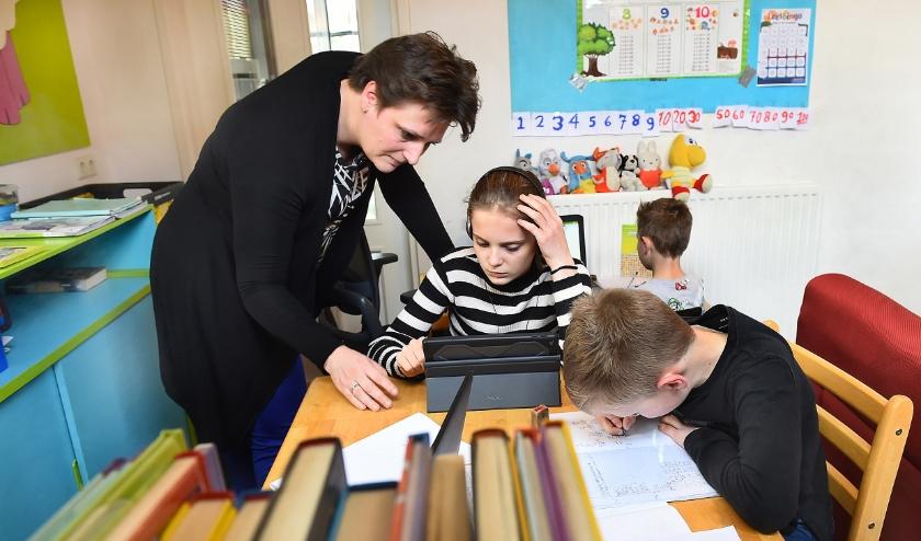 Moeder Selma Bultink met Dena (12), Chris (6) en Mick (9). (foto: Roel Kleinpenning)