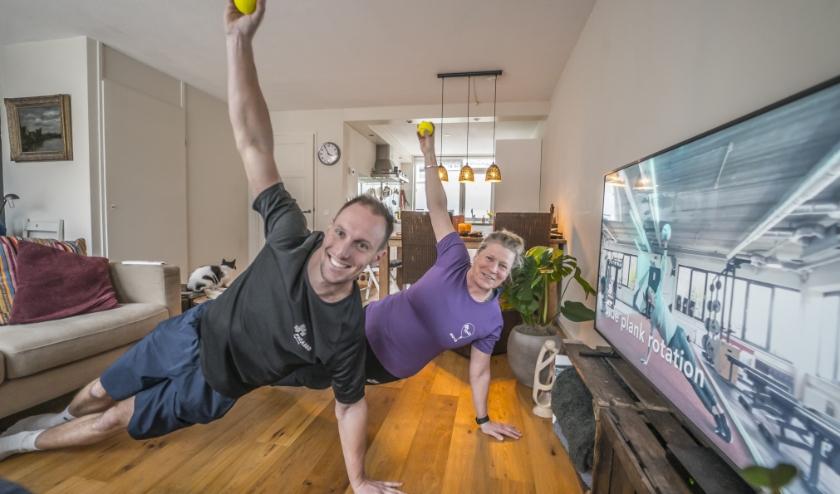 Sportdocenten laten zien hoe je thuis kan bewegen. Foto: Fred Leeflang