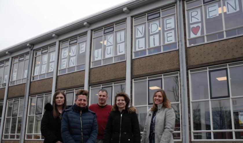 Docenten Naomi, Jamie, Kirsten en Marianne en adjunct directeur Stefan, missen hun leerlingen en hopen ze snel weer te zien.