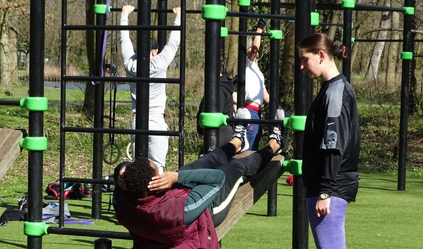 Nu de sportscholen niet beschikbaar zijn, vormen de callanetics-parken in het Beatrixpark en in Zuid een prima alternatief. (foto:DPG/gsv))