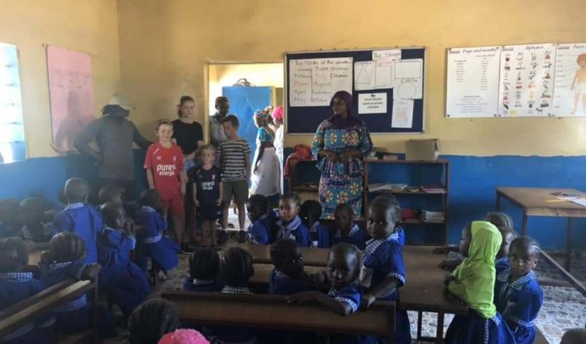 Kinderen in Gambia blij met oude meubilair van de Waterlelie. Foto PR