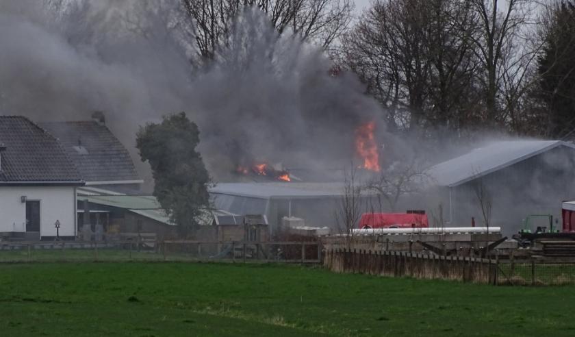 In een schuur brak een grote brand uit. Gelukkig sloeg de brand niet over naar omliggende woonhuizen.