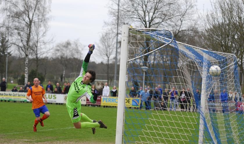 De derby verdwijnt op het Wilhelminasportpark. RVW-doelman Sander Veldt nog in actie tegen CHRC. Foto: gertbudding.nl