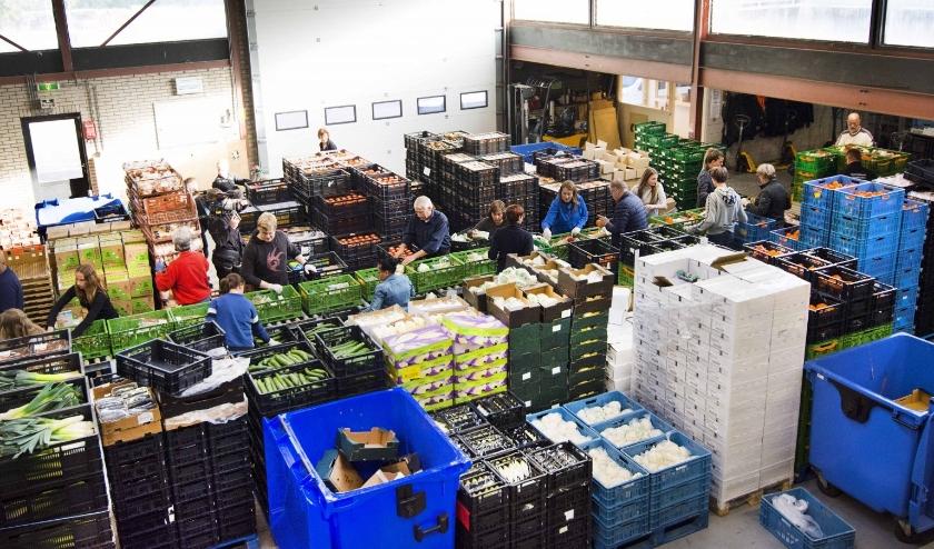 Het distributiecentrum toen er nog voldoende voedsel was om uit te delen.