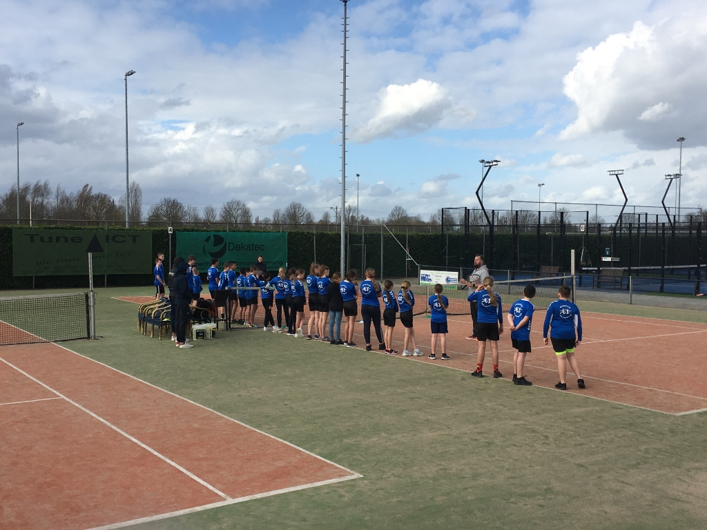 Trainer Dennis van der Burgh geeft uitleg aan de leerlingen van RSG Lingecollege Foto: eigen foto  © DPG Media