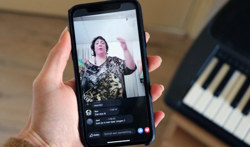 Via een livestream op Facebook zingt Petra Overeem 'op afstand' en virusvrij samen met tientallen zangliefhebbers (foto: Judith Bosch)