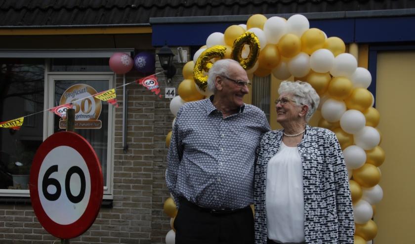 Het echtpaar de Roo voor hun woning, die zo fraai door familie en buren versierd is