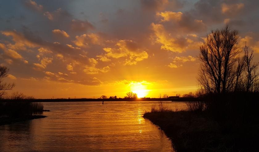 Ondergaande zon bij de Oude Maas. Foto: Jaap Blok