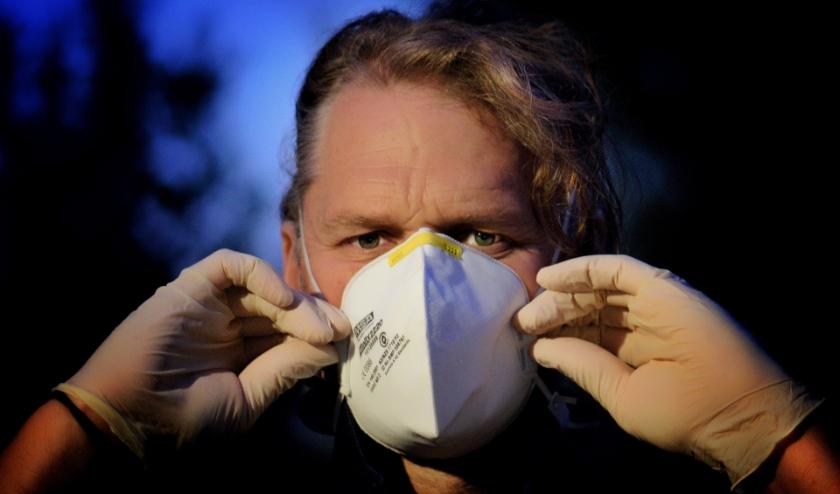 Het dragen van een mondkapje heeft buiten de medische zorgsector niet veel zin, zo stellen de deskundigen.
