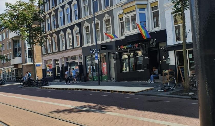 Overal in de stad plaatsen ondernemers vlonders op parkeerplekken, Zoals hier bij de Regenboog in de Van Oldenbarneveltstraat.