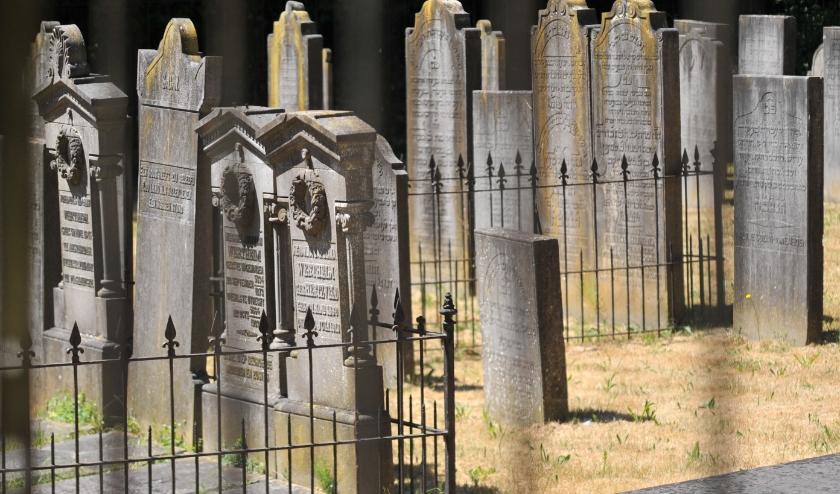 De Joodse begraafplaats in Wageningen is een Rijksmonument en ligt opgesloten tussen woningen. Foto: gertbudding.nl