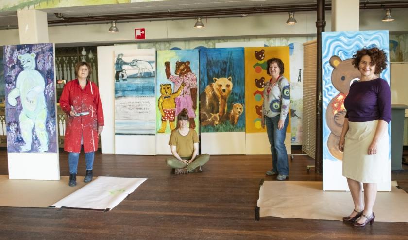 Andrea, Brechtje, Karin en Nicole (v.l.n.r.) geven een voorproefje van de berenschilderingen voor Heseveld en Neerbosch-Oost. (Foto: Jimmy Israël)