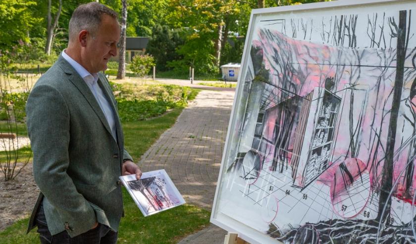 Veteraan Edwin de Wolf ziet voor het eerst het kunstwerk dat Anook Cléonne maakte op basis van zijn missieverhaal.