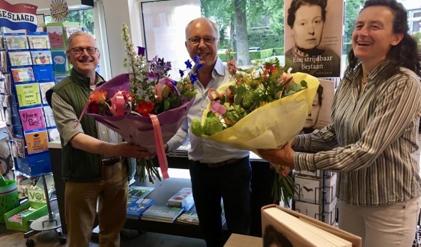 Robert Voskuil, Wim Kersten en Ernestine Hoegen bij de signeertafel in boekhandel Meijer & Siegers in Oosterbeek