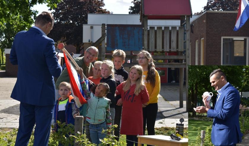 Met behulp van een vlaggenstok is het eerste exemplaar overhandigd. Inzet: wethouder Eric Braamhaar. (Foto's: Van Gaalen Media)