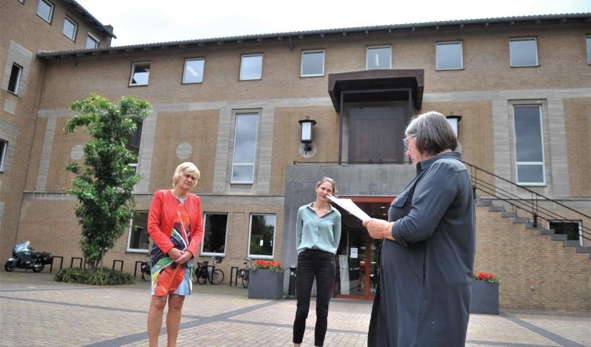 Foto: Gien Koopmans (rechts) overhandigde de 300 handtekeningen aan burgemeester Agnes Schaap. In het midden Marion Man, communicatieadviseur gemeente Renkum.Foto: gertbudding.nl