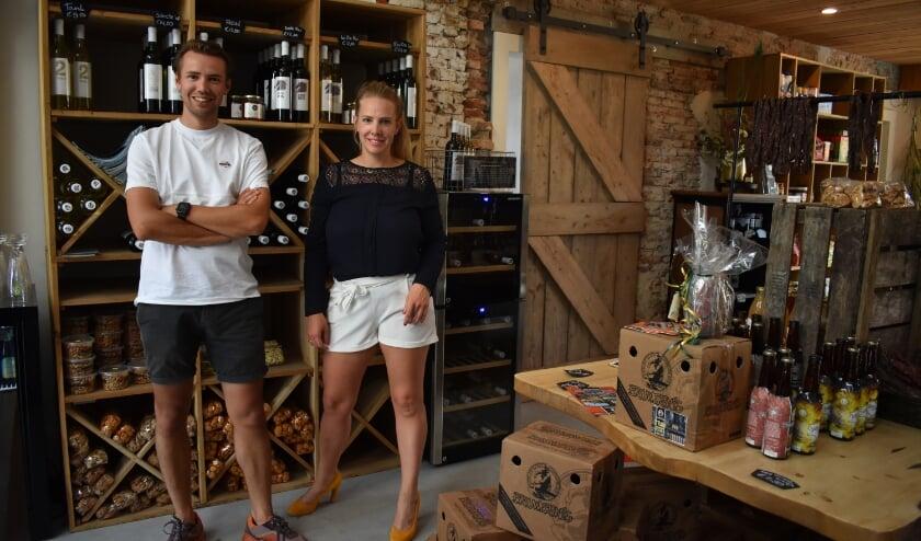 <p>Rutger en Denise van de Maat van vakantiepark Het M&ouml;lke in de nieuwe landschapswinkel op het terrein. (Foto: Van Gaalen Media)&nbsp;</p>